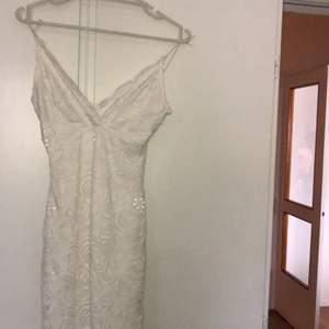 säljer en SUPER fin studentklänning pga att den ej kommer till användning, älskar dock den! storlek XS-S ⚡️⚡️ den har en liten omärkbar defekt därav priset, skicka gärna iväg ett meddelande ifall ni vill se fler bilder dvs defekterna:)