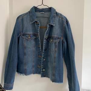 Snygg jeansjacka som är lite kortare i modellen, storlek 40 men skulle säga passar bättre som en 38.