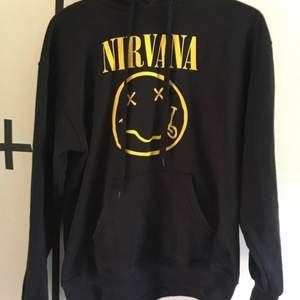Svart Nirvana hoodie köpt från EMP. använd max fem gånger så är i nyskick, är fortfarande mjuk på insidan. för liten för min smak men sitter som en M-L.