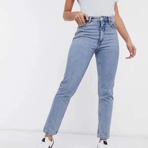 "Jeans från monki i modell ""Kimomo High Relaxed Jeans"". Storlek 26. Köparen står för frakten"