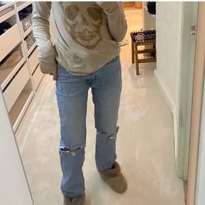 Säljer de snyggaste jeansen - väldigt bra skick😚 Slutsålda överallt!