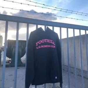 Säljer denna college hoodien från Foothill college i Sonora, California. Tröjan är producerad av Russell athletic och är i bra skick och har inga direkt defekter förutom att snörena saknas till luvan. Storlek är M och jag skulle säga att tröjan är tts. Det är bara att höra av dig om du undrar något! 🌱🌅
