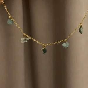 kort guldigt halsband med blå/gröna halvädelstenar! Stenarna skiftar beroende på ljuset💙