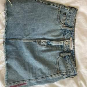 Säljer min jeanskjol då den ej passar mig längre. Ny pris 700kr