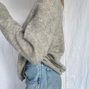 En jättefin mysig tröja som passar till allt! Från Lindex. Perfekt V-ringad och i superbra skick. Säljer pga inte min stil. Inte stickig, utan jättemjuk! 🤎 Skriv vid frågor eller för att köpa direkt ✍️