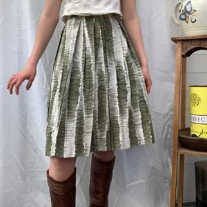 Säljer en sååå härlig vintage kjol med jättehärligt mönster, men så klart är den för liten. Skulle tro att en söm gått upp precis innan knappen men lätt att sy (bild 3). DM för midjemått osv. Läs min bio för mer info