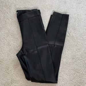 Zara läder tights i storlek XS med små slits. Köparen står för frakten som ligger på 65 kr och betalning sker via swish💕