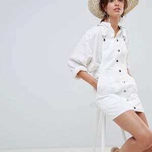 Söt vit hängselklänning från Mango. Knappt använd. Storlek M💕