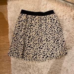 Superfin plisserad kjol som är nästan oanvänd! Den är i storlek S men ganska töjbar så skulle säga att den passar XS-M!💞