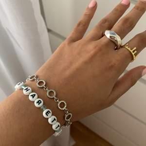 Säljer det här silver armband som är ca 30 cm långt (går att justera storleken).🤍 köpt från Safira!