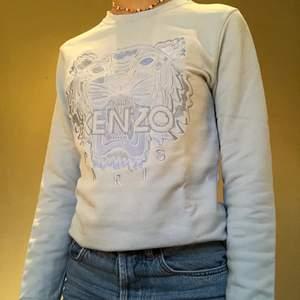 En såå fin ljus blå Kenzo tröja i stl M. Säljer då jag inte får användning av den längre. Köpt för ca 2500 och säljer för 1500. Den är i absolut nyskick och har inte märken alls.