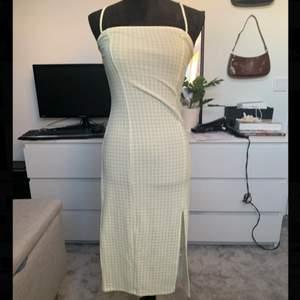 Är super fin ljusgrön somrig klänning. Denna klänning är otroligt vacker men tyvärr för liten för mig så måste tyvärr sälja den😔