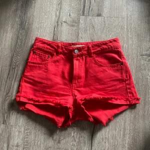 Röda jeansshorts från bikbok. Använda 3-4 gånger. Frakt betalas av köparen.