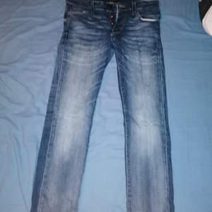 Ett par mörkblåa jack&jones jeans som passar fint till vardags! Använda fåtal gånger, , de är slim fit o sitter fint på. Budgivning!!