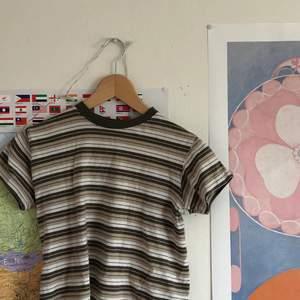 Jättegullig tröja jag köpt från barnavdelningen, därav ganska liten men jag som är typ storlek small har kunnat använda den utan problem.