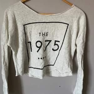 en tröja som det står The 1975 på, köpte den för jag gillar bandet men är ganska säker på att det inte är deras officiella merch.