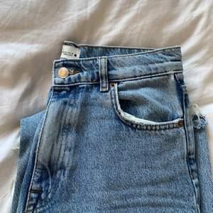 90s full lenght, endast använda en gång. Säljer pga för stora i benen. Avklippta så de går ner till fötterna på mig som är 162cm. 💙 skriv för fler bilder, frakt tillkommer