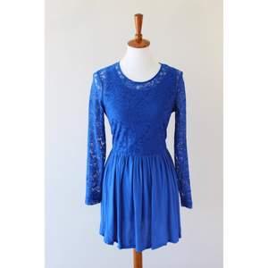 Blå spetsklänning från H&M. Storlek 42 men jag skulle säga att den passar 38-42 beroende på kroppsform☺️ Bara att skriva om man undrar något.
