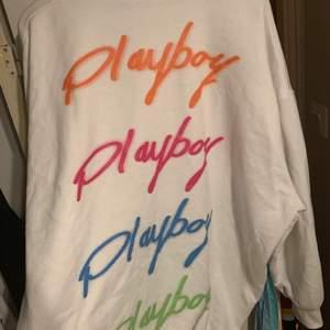 Superhärlig hoodie klänning från missguideds kollektion med Playboy, passar som hoodie klänning eller väldigt oversized hoodie. Köpt här på Plick, men bra skick. Frakt tillkommer