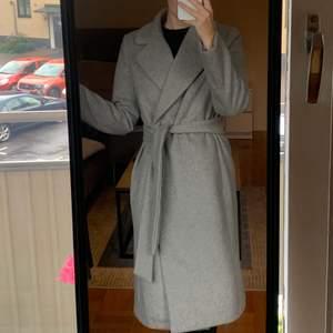 Jag säljer min fodrade kappa från H&M. Figursydd kappa med krage och tryckknappar fram. Avtagbar knytskärp i midjan, fickor i sidsöm och sprund bak. Kappan är fodrad så är perfekt till höst och vinter. I väldigt fint skick! Nypris 999kr