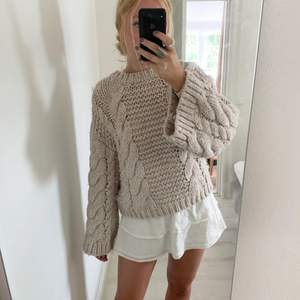 Så härlig stickad tröja!!💘💘💘Väldigt populär men helt slutsåld på nakd:) Så mjuk och lite oversize i modellen💓 storlek xs/xxs men passar lika bra på S/M/L:) Köparen står för frakt😁 ska åka bort på lördag så köpes gärna innan det! HÖGSTA BUD: 450 KÖP DIREKT 499