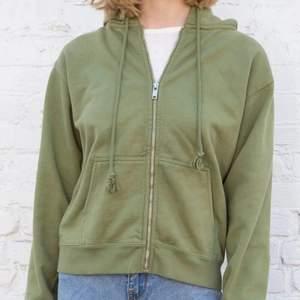 Grön hoodie från brandy i bra skick! Inte oversized. Använd ett fåtal gånger.