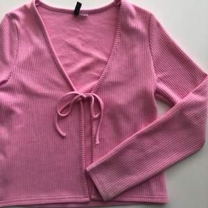 Såå fin rosa tröja/kofta ifrån H&M som är helt oanvänd💗 Strl M men passar också mig bra som är S💗Köparen står för frakt