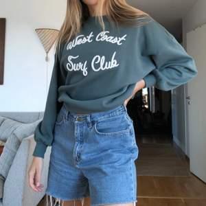 Sjukt snygg sweater, helt nyinköpt från H&M men insåg att den är lite kort i ärmarna på mig som är lång  Storlek S men ganska oversized, jag brukar ha M/L i sweaters! Dör för färgen 😭 Köparen står för frakt 🤍