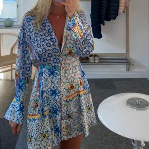 Säljer denna otroligt fina sommarklänning från Zara. Jättefina färger!!! Säljer pga garderobsrensning. Storlek M men passar S också (är själv vanligtvis S) om man vill att den sitter lite avslappnat. Använd sparsamt så i mycket fint skick. Buda i kommentarerna, avslutar 25/7. Köpare står för frakt💙💙💙