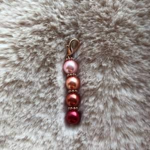 Nytt smycke!!  Här är då mitt nya smycke! Ett jättefint lyckosmycke i röda-rosa nyanser med detaljer av rosé (ej äkta rosé)😍 ————————————————————————  •Typ av smycke: Lyckosmycke •Pris: 15kr + Frakt  •Frakt: 10kr  •Slutsumma: 25kr  ——————————————————  ❤️🧡💗