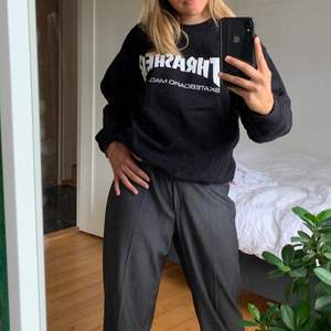 Nu säljer jag min fina Thrasher sweatshirt som tyvärr inte kommer till användning längre! Mycket fin och i bra skick! Frakt tillkommer🤍🤍