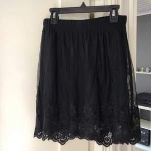 Svart kjol med broderade blomdetaljer från vila, finns fastsydd underkjol 💃🏼