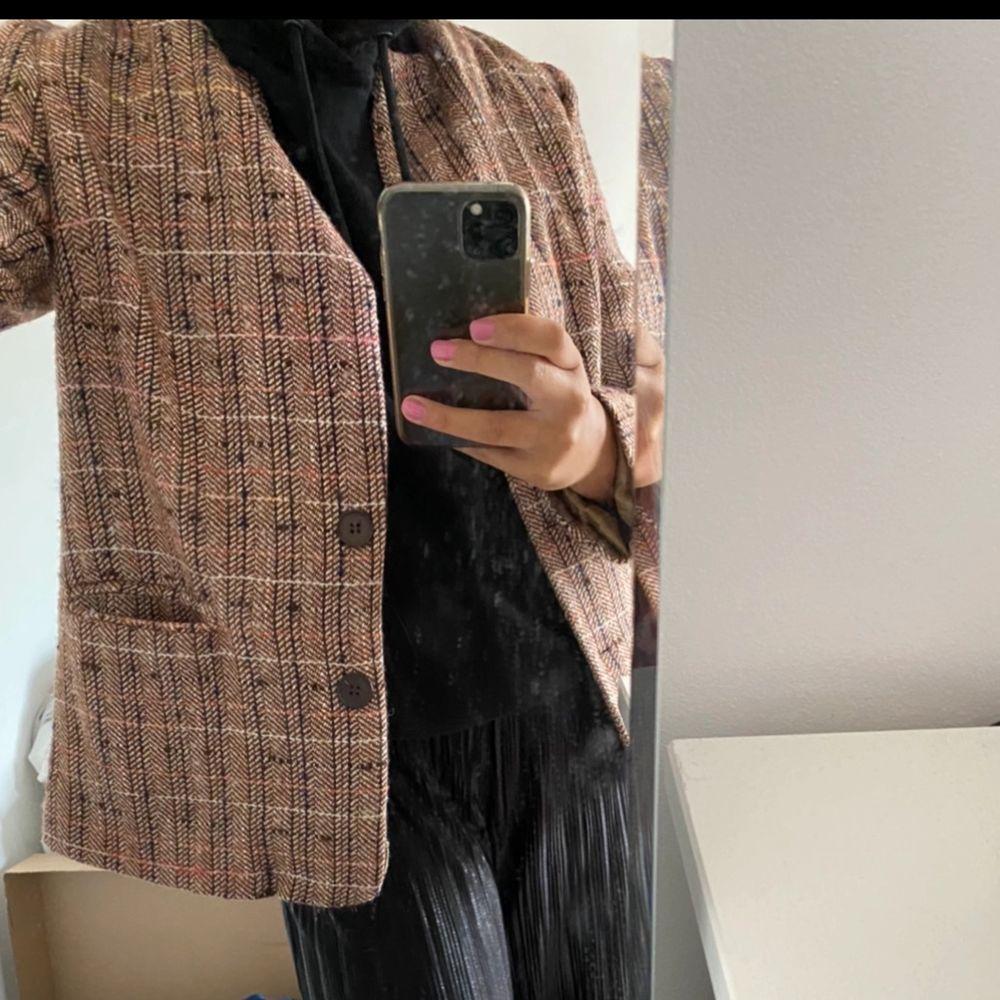 Mönstrad kavaj. Bra skick. Säljer då den inte kommer till användning längre. Köparen står för frakten. . Kostymer.