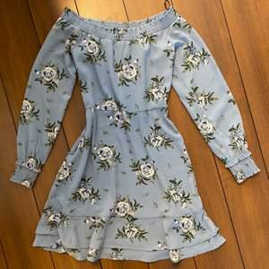 Blommig klänning från H&M. Har använt endast 1 gång. Storlek 34.