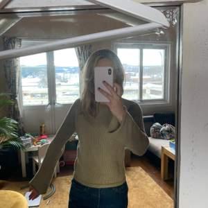 Stickad skimrig beige tröja från ONLY. Vida ärmar. Passar strl S.