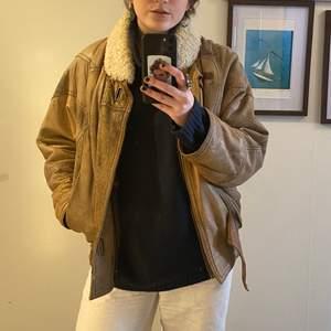 Assnygg vintage skinnjacka i en beige färg med teddykrage. Köpt i en vintage butik i Stockholm men kommer tyvärr inte till användning.😔 Jackan har en fin passform ser använd ut men på ett jävligt snyggt sätt! Köparen står för frakt✨🙌🏽❤️