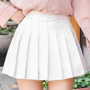 vit tennis kjol från yesstyle, aldrig använd utan endast provad! shorts under och en dragkedja på sidan, dock så har den en lös tråd vid dragkedjan! lite för liten på mig som brukar ha xs/s. frakt inkluderad
