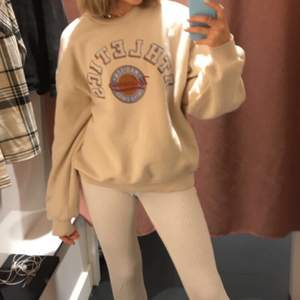 Populär sweatshirt från Gina! Super fin och vintage aktig, men kommer inte till användning. Köpt för cirka 2 månader sedan men endast använd få gånger. Sitter lite overzised på mig som är en xs/s🤍✨🤍