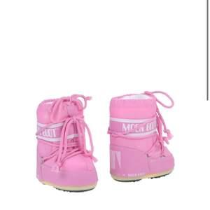 Superfina rosa moon boots, som är helt oanvända och kvar i förpackningen💗 beställde fel storlek och därför är dem supersmå och söta. Skriv vid fler frågor!