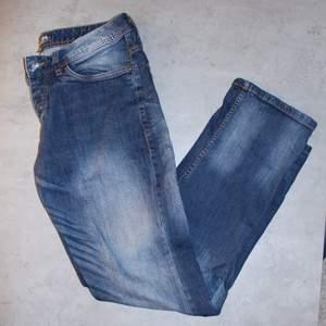 Go vintage Vida/straight jeans från Denim Republic i gött skick! Storlek: W31L32Direkt pris: 200kr, Skriv buden till mig privat eller kommentera på bilden! Buda med minst 5kr varje gång ✨(Alla bud är välkomna)Köpare står för frakten (Du bestämmer vilket paket så länge det uppfyller vikt och storleks kraven)