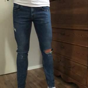 Blåa slitna jeans från lager 157, knappast använda✨