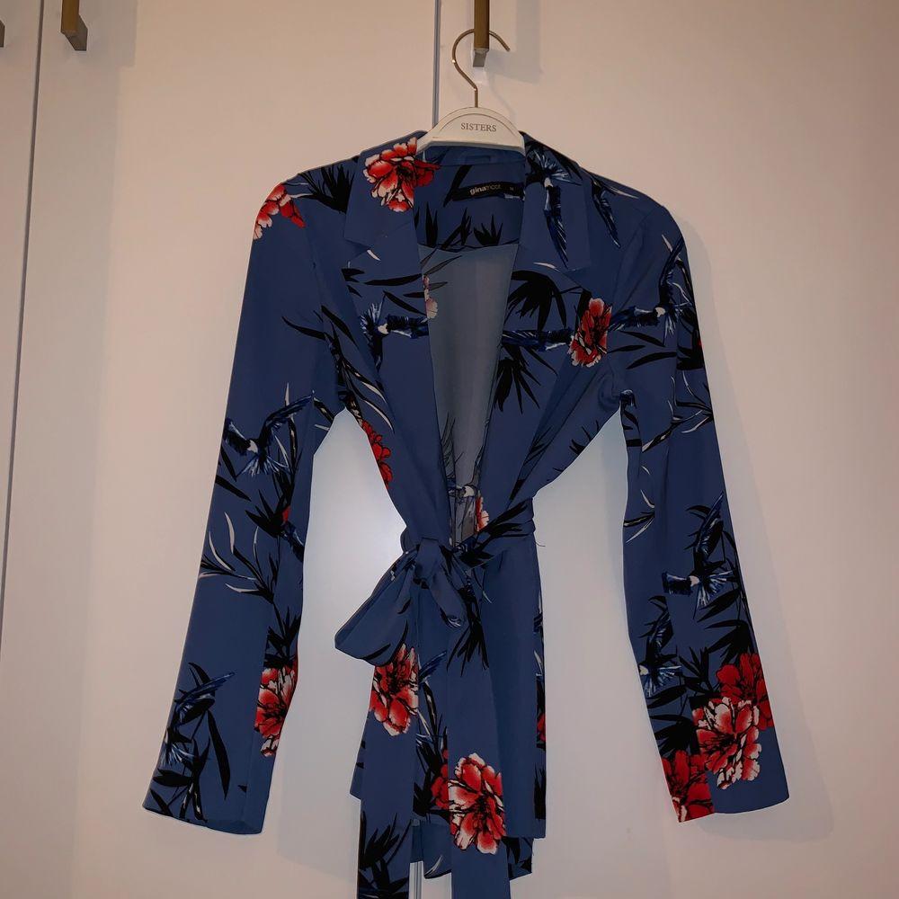 Jättefin blazer ifrån ginatricot!! Perfekt till sommaren💕💕 den passar en Xs!!💙🥳 använd 1 gång! Skicka vid frågor💕💕. Kostymer.