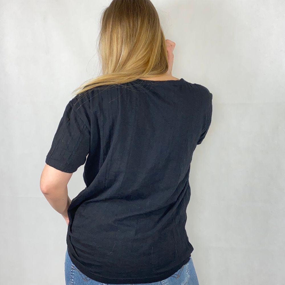 Cool oversized t-shirt som ger en 90's vibe. Tunt, lätt material med diskret randig textur. I fint skick! Har en liten diskret vit fläck i mitten. Från Redway, storlek XL. Modellen använder storlek S/M och är 169cm. Kolla gärna måtten nedanför. Axeln till axeln 51cm, längd 66cm och byst bredd 57cm. Ingen retur eller refund. Spårbar frakt på 66kr är inräknad i priset och SafePay tar 10% av betalningen. Tyvärr kostar det lite extra då jag alltid kommer skicka spårbart och använda SafePay för bådas säkerhet.. T-shirts.