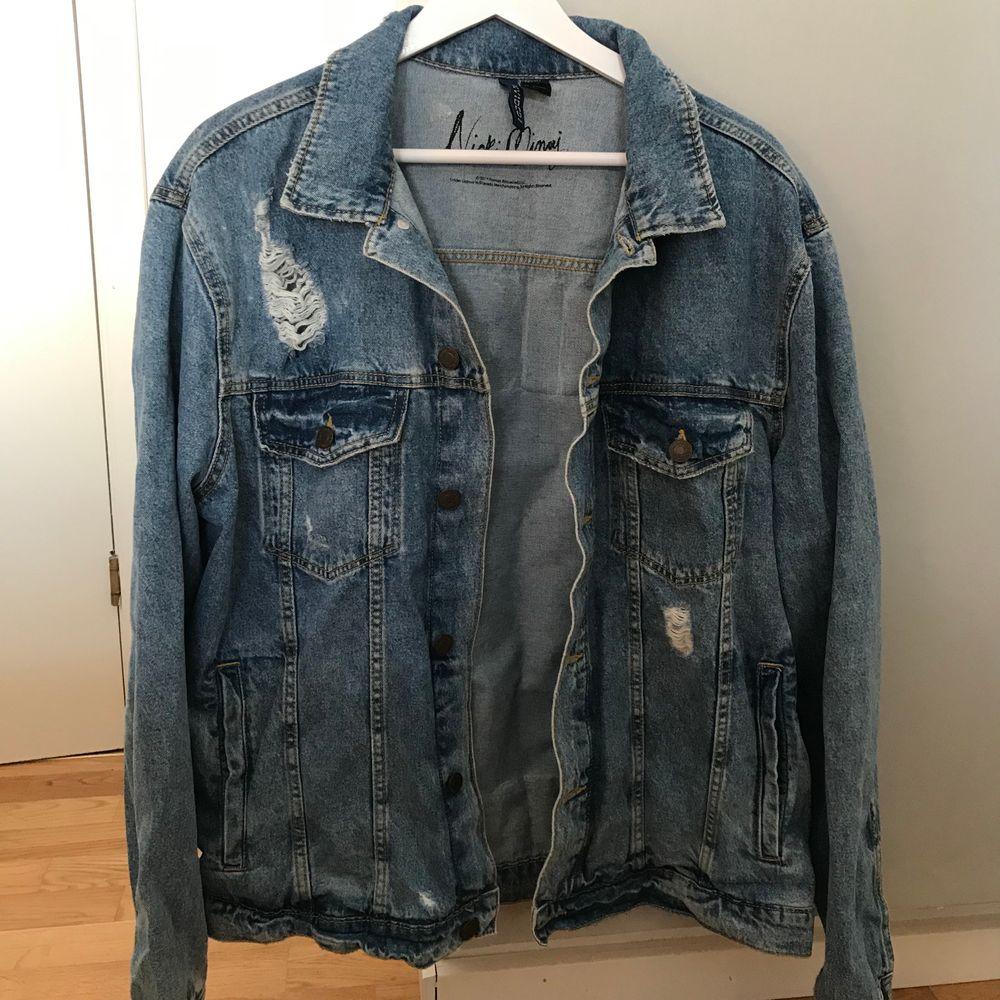Jeansjacka i storlek L med tryck. Kommer ej till användning. Passar mindre storlekar då den är oversized som den gjort på mig 💖 100kr + frakt . Jackor.