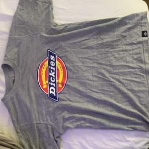 Grå dickies t-shirt i M