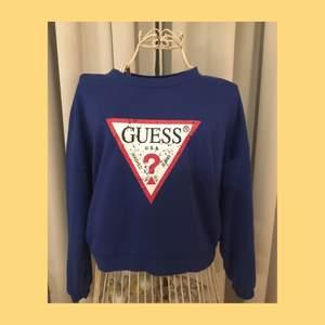 Sweatshirt från märket Guess! Jättefin blå färg 💙 Den är använd ett fåtal gånger men tvätten har gjort så det blivit lite noppor här o där, dock inget som stör. Storlek S/36. 140kr+ frakt 🚚 🤍