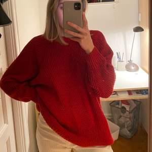 Supermysig röd stickad tröja som är lite oversized❣️❤️ Tröjan är från Monki och har använts 2 gånger!!