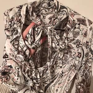 Superfin att ha instoppad i kostymbyxor eller löst över ett par jeans, har en djup v-ringning