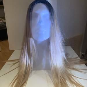 En jättefin peruk som är enkel att sätta på. Du står för frakt MEN du får med påse för att lägga in ditt egna hår på köpet om du vill ha mer info får du skriva till mig.
