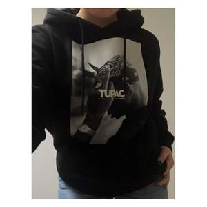 Cool 2Pac hoodie från junkyard ny pris 700kr✨ Är inte 100% säker om jag vill sälja men får se hur mycket jag kan få för den så skriv vid intresse:D Ska kolla upp frakten ikväll. PRIS KAN DISKUTERAS!
